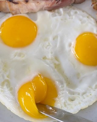 It's popping over here ✨  Pop in to Cappy's and make the most of your breakfast, brunch, or lunch. How do you take your eggs? . . . #eggs #yum #feast #eater #ham #newport #foodvideo #foodporn #feastagram #oc #orangecounty #discover #explore